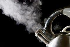Caldera de té con el agua hirvienda Imagen de archivo libre de regalías