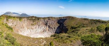 Caldera do vulcão de Mahawu, Sulawesi, Indonésia imagem de stock