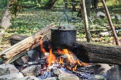 Caldera en el fuego en bosque Imagenes de archivo