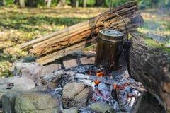 Caldera en el fuego en bosque Foto de archivo