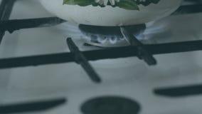 Caldera en la estufa almacen de metraje de vídeo