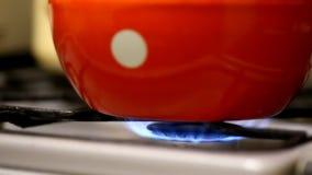 Caldera en un fuego de la estufa de gas almacen de metraje de vídeo