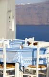 Caldera griega de la opinión de los muebles del restaurante de la isla imagen de archivo