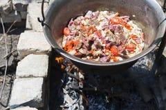Caldera húngara del taditional con el caldo de buey que cocina en el fuego al aire libre Imágenes de archivo libres de regalías