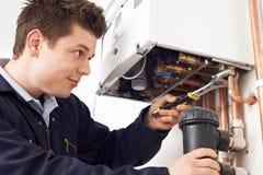 Caldera masculina de la calefacción de Working On Central del fontanero imagenes de archivo