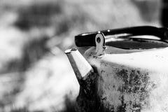 Caldera permeable vieja, negro y blanco Imágenes de archivo libres de regalías