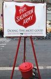 Caldera roja del Ejército de Salvamento para las colecciones en Midtown Manhattan Imagenes de archivo