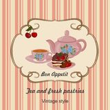 Caldera, taza con té, torta y bayas Fotografía de archivo