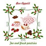 Caldera, taza con té, torta y bayas Fotografía de archivo libre de regalías