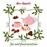 Caldera, taza con té, torta y bayas Fotos de archivo libres de regalías