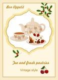 Caldera, taza con té, torta y bayas Imagen de archivo libre de regalías