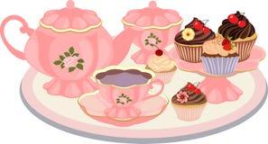 Caldera, taza, cuenco de azúcar, florero con las magdalenas en la tabla Fotos de archivo libres de regalías