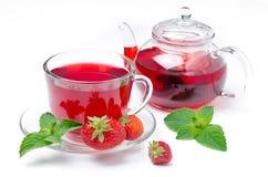Caldera, taza de té rojo con las fresas  imagen de archivo libre de regalías