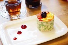 Caldera, tazas con té y dulces turcos del este en la tabla Imágenes de archivo libres de regalías