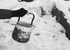 Caldera vieja en las manos de los pobres Foto de archivo libre de regalías