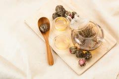 Caldera y dos cuencos para el té chino Foto de archivo