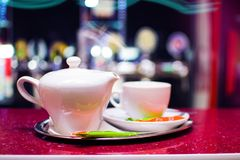 Caldera y una taza para el té en una bandeja Imágenes de archivo libres de regalías