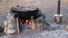 Calderone con carne sui tizzoni brucianti caldi video d archivio