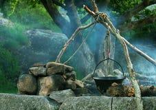 Calderone sopra fuoco di accampamento fotografie stock