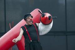 CALDES DE MONTBUI, ESPANHA - 13 DE OUTUBRO: Palhaço e empresário de Marcel Gross no teatro local da rua do festival para crianças imagem de stock