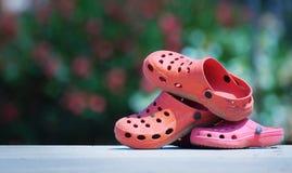 CALDES DE MONTBUI, HISZPANIA †'LIPIEC 27: Dziecka ` s buty obok pływackiego basenu w obozie letnim fotografia stock