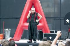 CALDES DE MONTBUI, SPANIEN - 13. OKTOBER: Marcel Gross-Clown und -Impresario im lokalen Festivalstraßentheater für Kinder am 13.  stockbild
