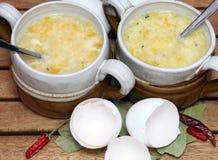 Caldo com ovo fotos de stock