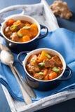 Caldo de buey con la patata y la zanahoria en potes azules Imagen de archivo libre de regalías
