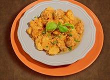 Caldo de buey con las patatas, las cebollas, las pimientas y las hierbas aromáticas Imagen de archivo