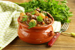 Caldo de buey con las verduras y las hierbas en un pote de arcilla Imagen de archivo libre de regalías