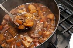 Caldo de buey delicioso que cocina en un pote Imagen de archivo libre de regalías