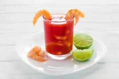 Caldo de camaron, consome de camarones,虾仁开胃品用柠檬和盐味的曲奇饼墨西哥海鲜在墨西哥 免版税库存图片