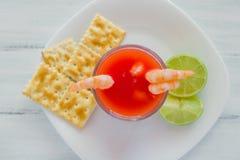 Caldo de camaron, consome de camarones,虾仁开胃品用柠檬和盐味的曲奇饼墨西哥海鲜在墨西哥 库存照片