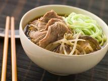 Caldo de carne de carne quente e ácido com os macarronetes de Ramen do espinafre Imagem de Stock Royalty Free