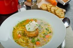Caldo de carne de vaca con la tostada y el huevo Benedicto Foto de archivo libre de regalías