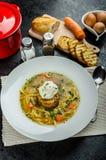 Caldo de carne de vaca con la tostada y el huevo Benedicto Fotos de archivo