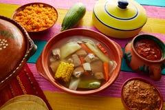 Caldo de carne de vaca de Caldo de res mexican en tabla imagen de archivo
