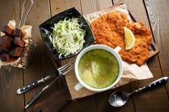 Caldo de galinha com ovo, carne fritada no batte Imagem de Stock