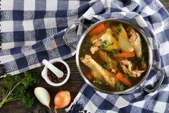Caldo de galinha com partes de carne fotos de stock