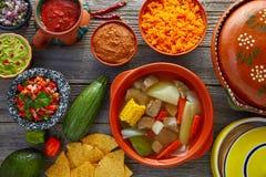 Caldo de res Mexican牛肉汤在桌里 免版税库存图片