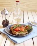 Caldo un panino di color salmone salato Fotografie Stock