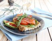 Caldo un panino di color salmone salato Immagini Stock
