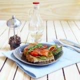 Caldo un panino di color salmone salato Fotografie Stock Libere da Diritti