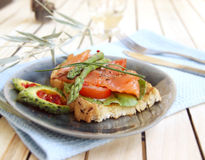 Caldo un panino di color salmone salato Fotografia Stock