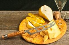 Cale de fromage, de couteau de fromage, et de poire comme pairings pour un événement d'échantillon de vin français photographie stock