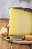 Cale de vache à chèvre et de fromage espagnols de brebis avec l'écorce texturisée noire sur la planche à découper en bois Fourche images libres de droits