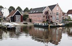 Cale et entrepôts dans Dokkum, Pays-Bas Image stock