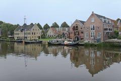 Cale et entrepôts dans Dokkum, Pays-Bas Images stock