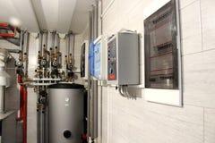 Calefacción de la casa con un gran número de tuberías de acero, de indicadores de presión y de tubos del metal, foco selectivo Ca imágenes de archivo libres de regalías