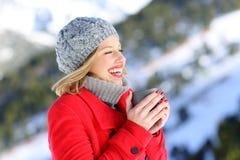 Calefacción de la mujer con una taza de café caliente en invierno Fotografía de archivo libre de regalías